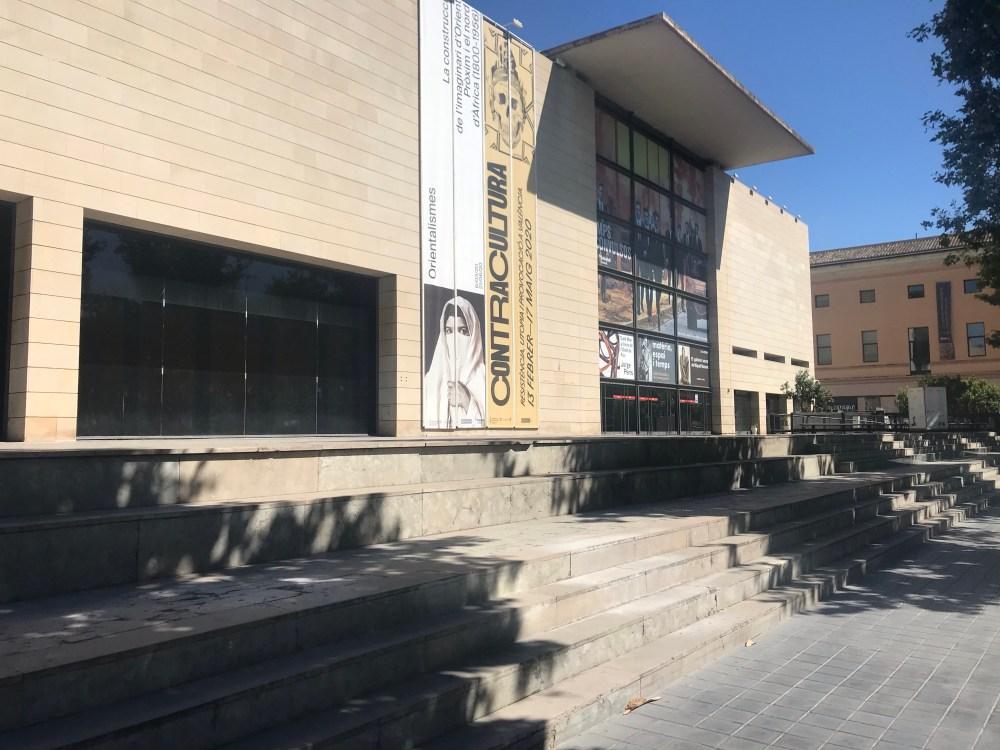 A fachada do Instituto Valenciano de Arte Moderno, o IVAM de Valencia