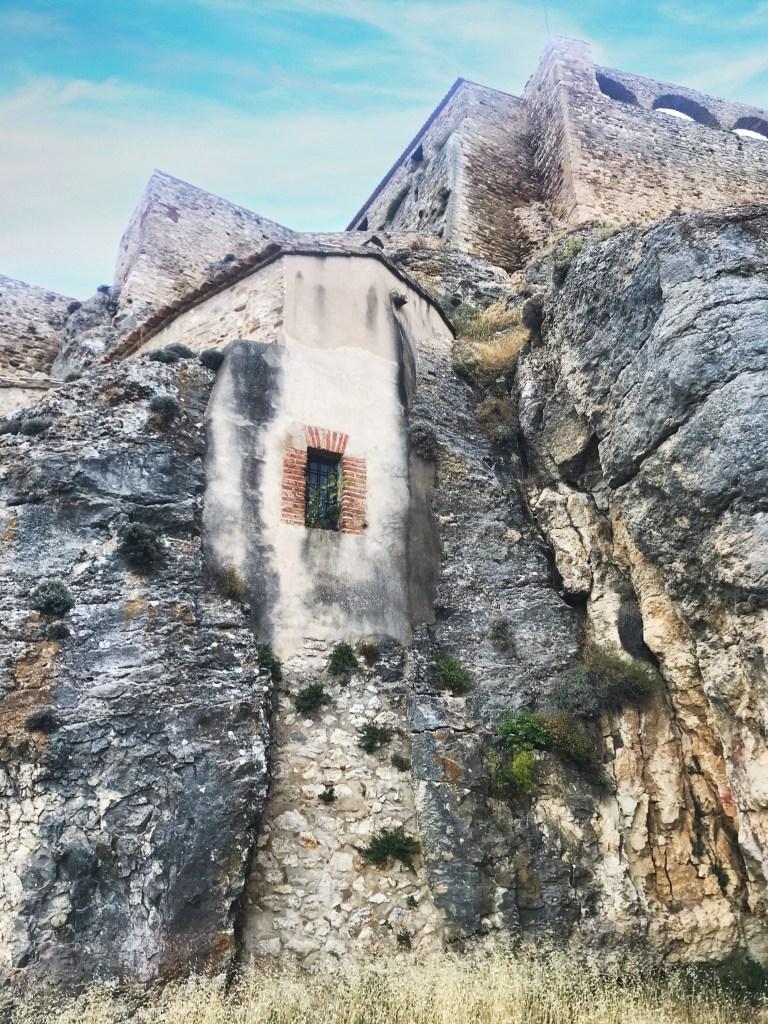 Estrutura do Castelo de Morella entre as rochas
