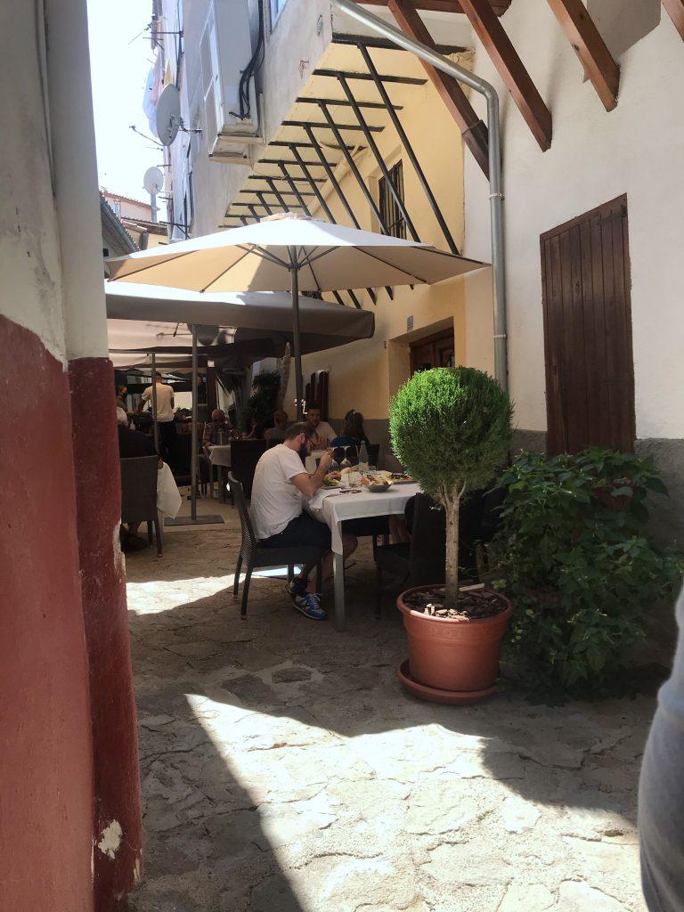 A entrada do restaurante Daluan de Morella, na Comunidade Autônoma de Valencia, Espanha