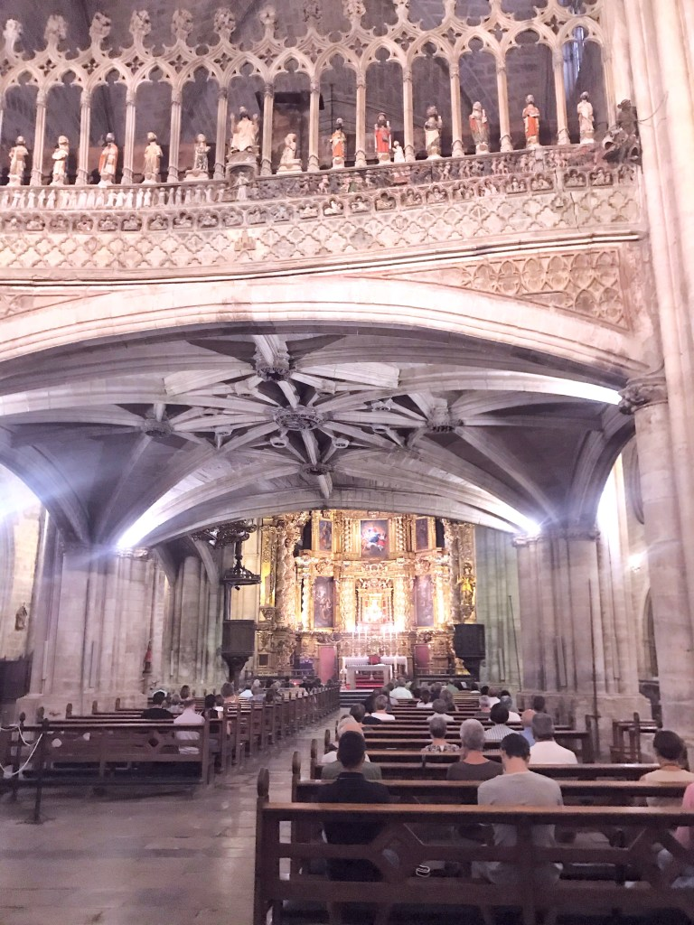 Os detalhes da Iglesia de Santa Maria de Morella na Espanha e seus afrescos, esculturas e altar