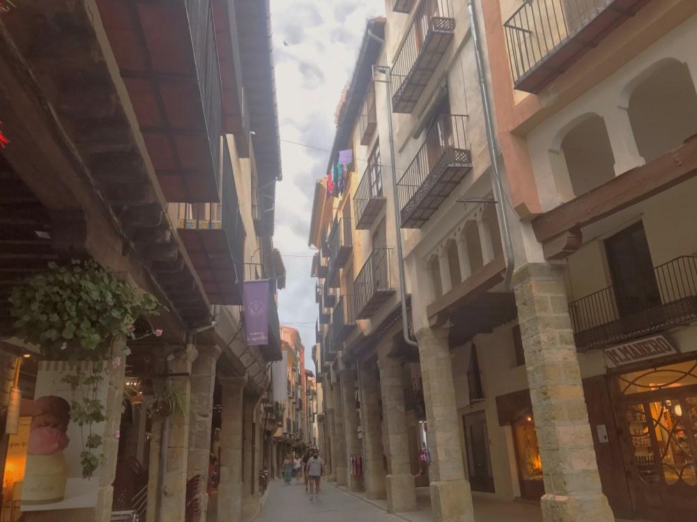 A rua principal de Morella na Espanha e suas construções medievais que abrigam lojas e restaurantes