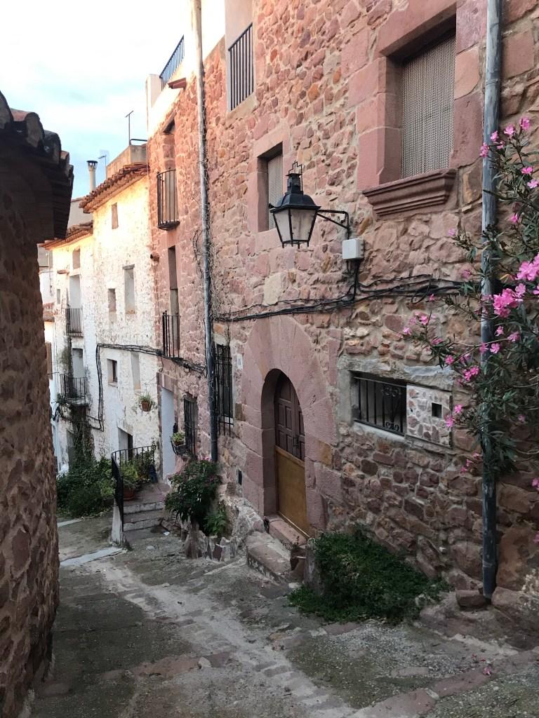 Confira o que fazer em Vilafamés, na Espanha. Um dos povoados mais bonitos da Comunidade Autônoma de Valencia e da Espanha, tem uma história marcada pela presença árabe na Península, o que marca a arquitetura e as ruas da cidade.