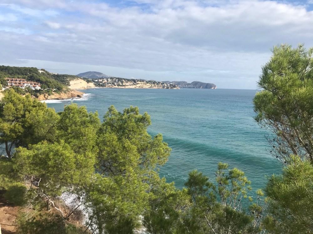 o principal destaque que deixo é uma trilha preciosa que margeia o mediterrâneo. Confira então aqui como se preparar e como chegar ao Paseo Ecológico de Benissa