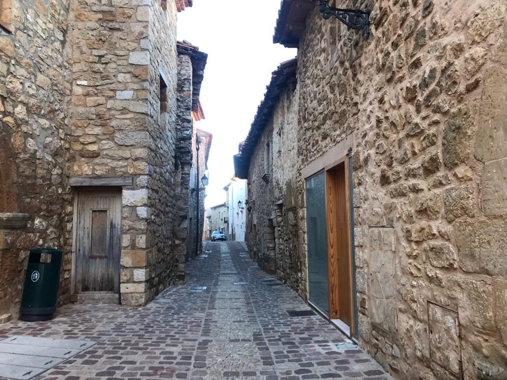 Caminhar nas ruas de pedra é uma das melhores atividades de Culla, em Valencia