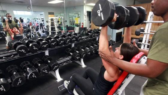 Ir para a academia antes do café da manhã faz bem se o treino for de 60 minutos em intensidade moderada