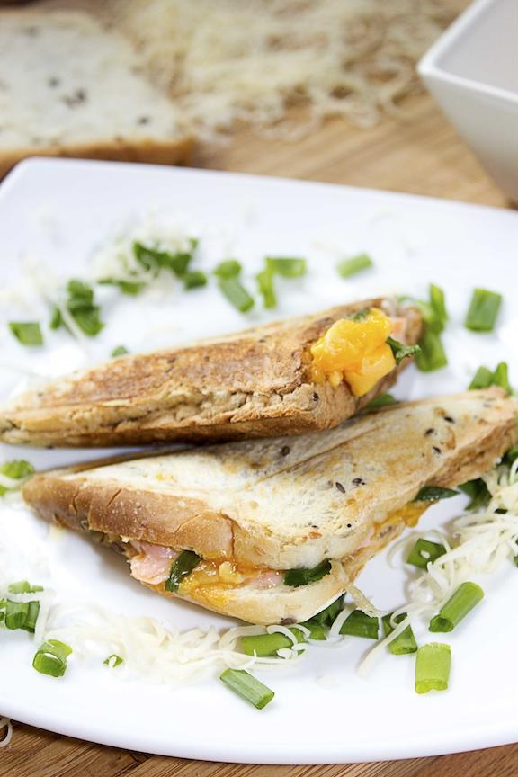 Tosty z wędzonym łososiem, żółtkiem i żółtym serem