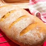 Chleb pszenny z suszonymi pomidorami i bazylią
