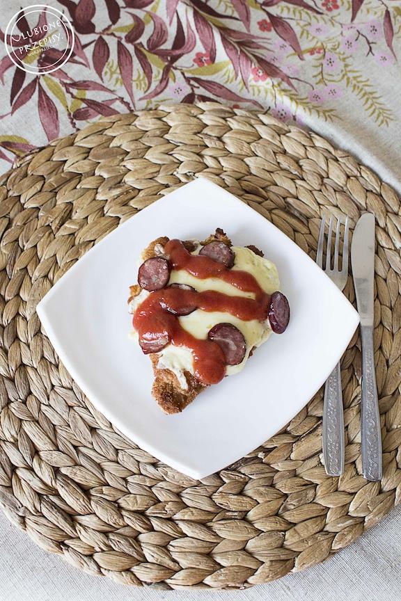 Kotlet schabowy z żółtym serem i kiełbasą