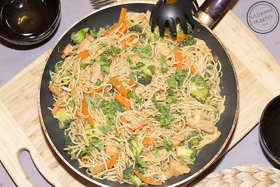 chow mein z kurczakiem