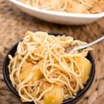 Chow mein z kurczakiem, ananasem i kiełkami fasoli mung
