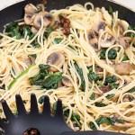 Szybkie spaghetti ze szpinakiem, pieczarkami i suszonymi pomidorami