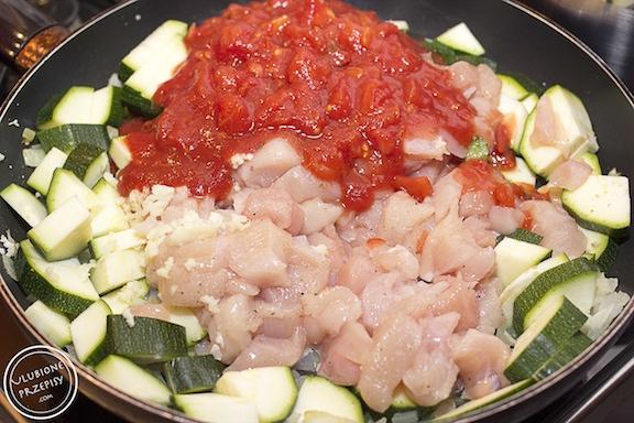 Pęczak z kurczakiem, cukinią i pomidorami