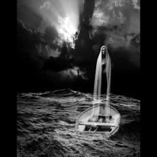 Mágica Noche... Todavía te recuerdo,con mi barca tan pequeña,del tamaño de una nuez.Recuerdo tus brazos, socorriéndome del naufragio.Tus brazos, brillando bajo la luna,mojados por olas gigantescas.Y tú... tan sereno.Y tú... tan sereno.
