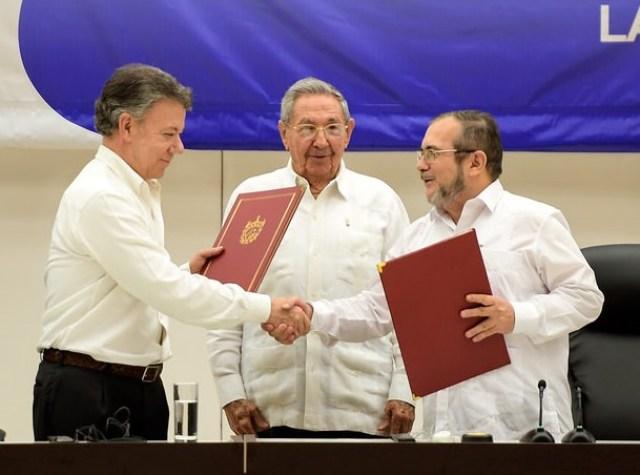 Santos y Timochenko firmaron acuerdo en La Habana. photo credit: Firma de Acuerdo de Paz Colombia-FARC via photopin (license)