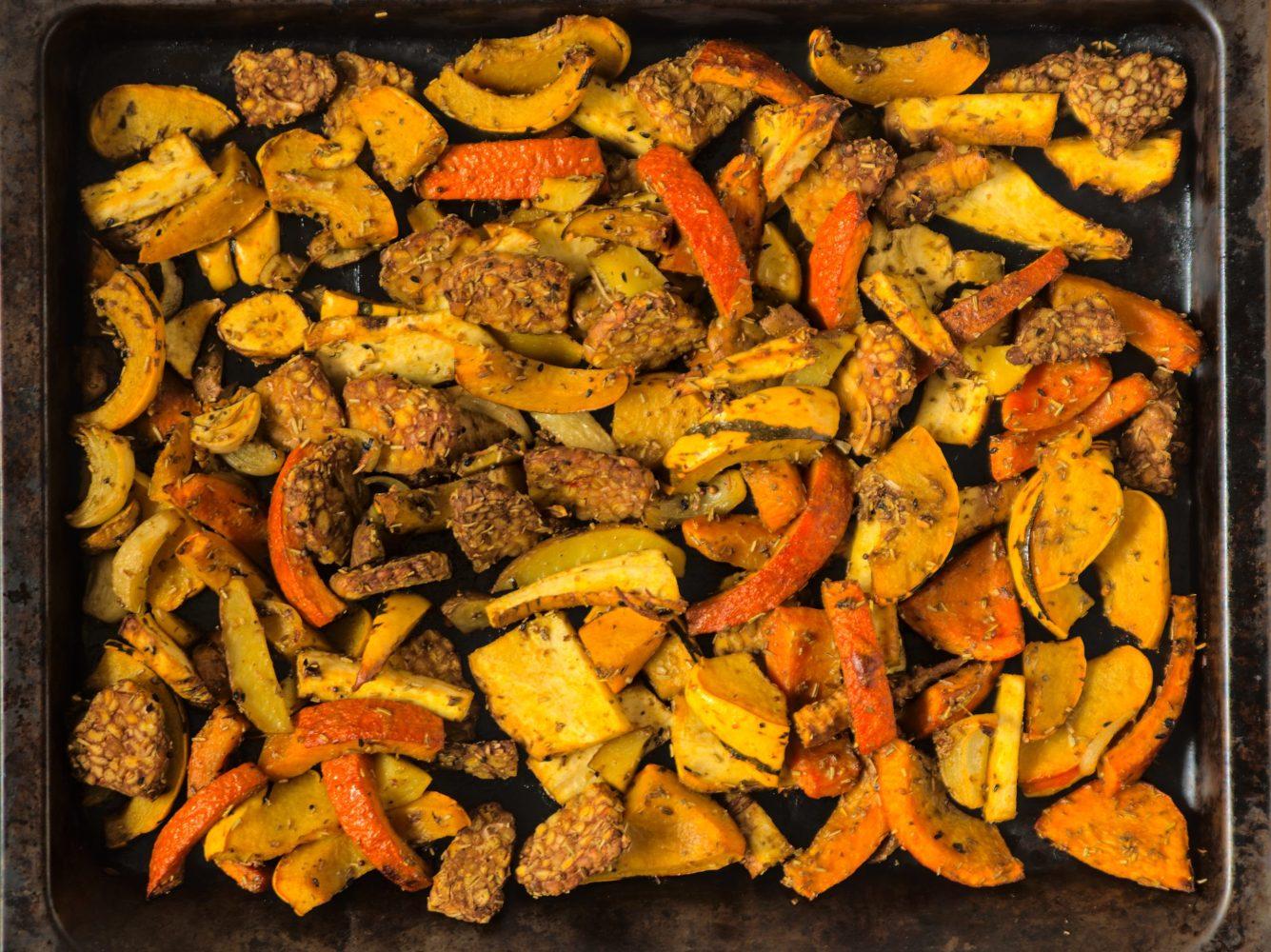 Besonders lecker im Winter und schnell zubereitet: Ofengemüse mit Tempeh.