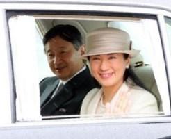 天皇、皇后両陛下との歳末の午餐に臨むため皇居に入られる皇太子ご夫妻=27日、半蔵門