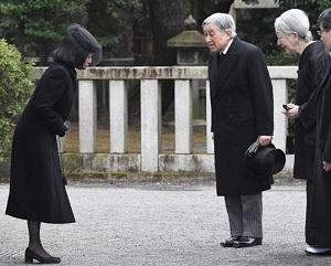 三笠宮殿下の墓所で彬子さまにお声を掛ける天皇皇后