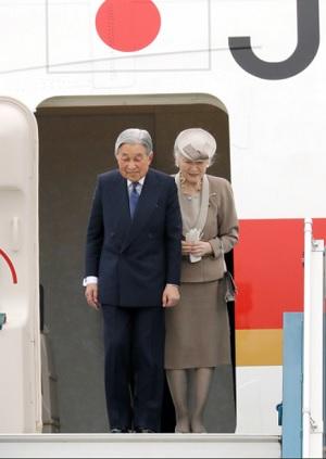 ベトナムのノイバイ国際空港に到着した天皇、皇后両陛下=28日午後、ハノイ、代表撮影