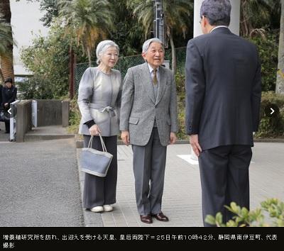増養殖研究所を訪れ、出迎えを受ける天皇、皇后両陛下=25日午前10時42分、静岡県南伊豆町、代表撮影