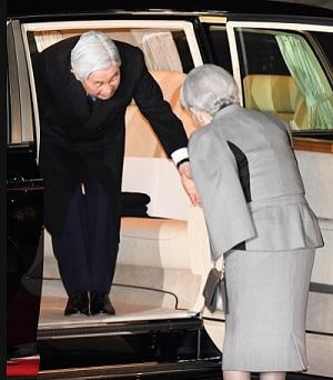 車の中から皇后さまに手をさしのべられる天皇陛下=東京都大田区の羽田空港で2017年3月6日午後7時55分、徳野仁子撮影
