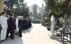 革命家ファン・ボイ・茶うの墓の前で拝礼される天皇皇后両陛下