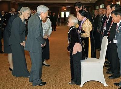 元残留日本兵家族と言葉を交わされる天皇、皇后両陛下=2日、ベトナム・ハノイ(代表撮影)