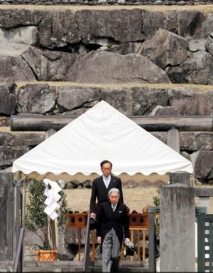 2017年3月蔵野陵を参拝される天皇陛下