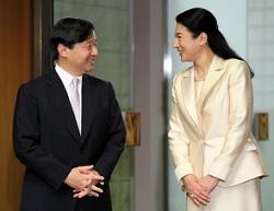 マレーシアから帰国した皇太子とお出迎えの雅子