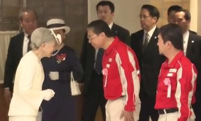 赤十字大会でボランティアにお声がけをする皇后さま