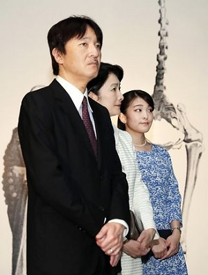 「大英自然史博物館展」を見学される秋篠宮ご夫妻と眞子さま