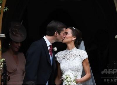英エングフィールドのセント・マークス教会で結婚式を終え、キスをするッパ・ミドルトンさん(右)とジェームズ・マシューズさん(左、2017年5月20日撮影)