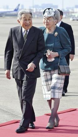 羽田空港に到着された天皇、皇后両陛下(29日午後3時51分)=大石健登撮影 記事へ