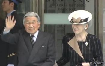 新高岡駅で手を振る天皇皇后