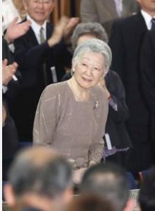 コンサート鑑賞のため上野の東京文化会館に到着された皇后さま(共同)