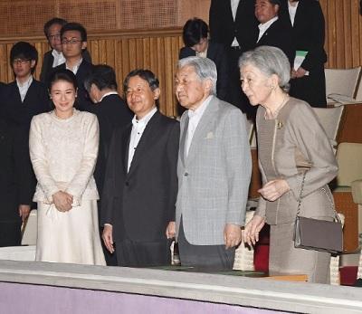 両陛下と皇太子さまは演奏の合間に、プログラムを見ながら笑顔で会話を交わしていた。【高島博之】