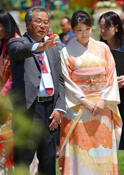 「花の博覧会」で福島県の造園家・仲田茂司さんから日本庭園の説明を受けられる眞子さま=4日、ブータン・ティンプー(代表撮影・共同)