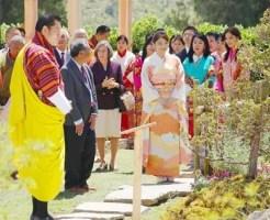 「花の博覧会」でワンチュク国王夫妻と日本庭園を視察される眞子さま=4日、ブータン・ティンプー(代表撮影・共同)