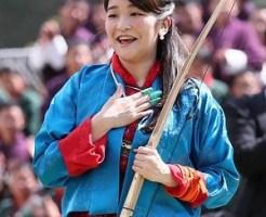 ブータン伝統の弓技の試射に成功し、胸をなで下ろされる秋篠宮ご夫妻の長女眞子さま=3日、ティンプー