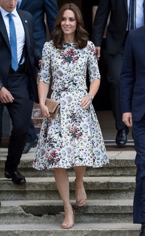 キャサリン妃、ナチスの強制収容所見学の服装が場違い?