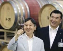 ワイン製造工房でワインを試飲して上機嫌の皇太子