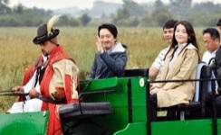 ハンガリー・ブガツの農場を訪問され、馬車に乗る秋篠宮さまと眞子さま=20日(共同)