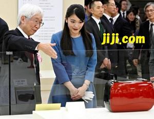 日本伝統工芸展で作品を鑑賞される秋篠宮家の長女眞子さま