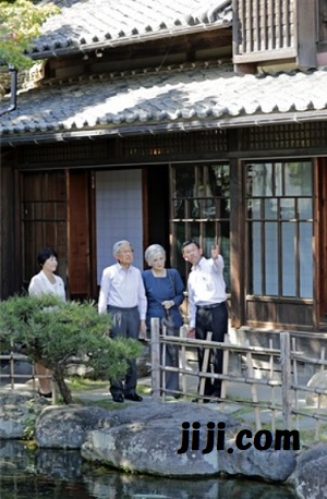 旧渋沢邸を見学される両陛下