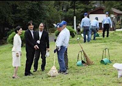 秋篠宮両殿下がシルバーセンターの清掃作業を視察