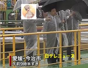 雨の中、造船所を視察する皇太子