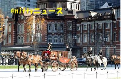 完成した東京駅丸の内駅前広場を通って、信任状奉呈式のため皇居に向かう新任大使の馬車列=11日午前、東京都千代田区