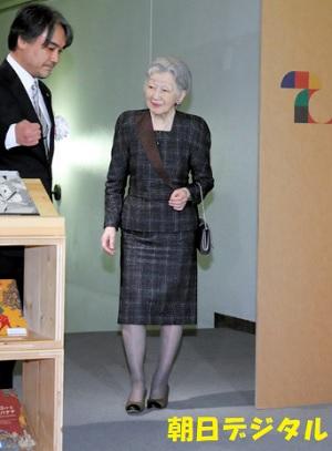「世界を変える美しい本」展鑑賞のため、会場に到着した皇后さま=22日、東京都板橋区、代表撮影
