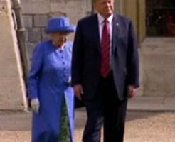 エリザベス女王の前を歩くトランプ大統領