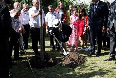 トルコで植樹をする彬子さま