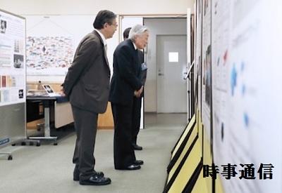日本魚類学会の設立50周年記念展示を見学される天皇陛下
